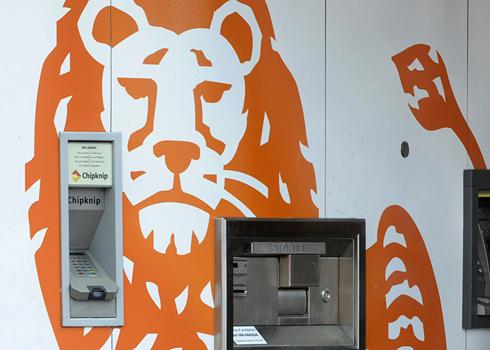 Nederland, Hoofddorp, 29 juni 2010, ING Bank Geldautomaat / ING kantoor in het centrum pinautomaten pinautomaat pinnen betalingsverkeer chipknip geldopname bankpas bankpasje vrouw vrouwen betaalgedrag uitgaven crediet uitgavenpatroon ATM banking Dutch the Netherlands Holland bank ATM Cash Dispenser Europe money foto: Peter Hilz   the Netherlands,   Dutch   bank.  finance       financial companie   foto; Peter Hilz